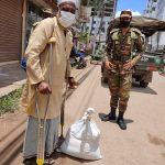 কুমিল্লা শহরে ভিক্ষুক, পঙ্গু, কর্মহীনদের মাঝে খাদ্য সামগ্রী বিতরণ করলেন সেনাবাহিনী